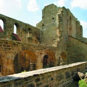 Ruine der Stiftskirche St. Marien u. Grabplatte Lothars II. in der Dorfkirche St. Michaelis, Walbeck