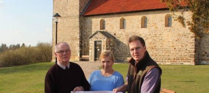 Rüdiger und Maria Meussling mit Thomas Scheid (v.l.n.r.) vor der St. Thomas Kirche, Pretzien © Thomas Scheid